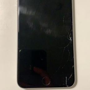 Hvis nogle er interesseret i defekte iPhones sælger jeg min iPhone 6 plus. Skærmen er smadret men ellers virker den som den skal. Vil derfor gerne gå med til en god pris. Kasse og ubrugte høretelefoner medfølger.