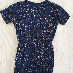 Så fin kjole fra Soft gallery sælges str 116. Har elastik i livet som giver så fin en pasform. Kjolen er med lommer. GMB uden huller eller pletter.  Fra røg og dyrefrit hjem  100 pp ved ts handel betaler køber gebyr