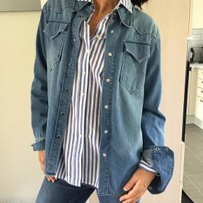 Skønneste jeans skjorte i lækkert blødt stof.. bruges åben som en jakke eller bare lukket som en skjorte.. fed vask og skønne detaljer.. Oprindelig pris 2200,- Bytter ikke!