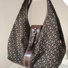 Stor vintage taske fra dkny💙 Tasken er i meget pæn stand og har en masse rum, så der er plads til vildt meget.