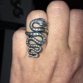 Sælger denne flotte ring, da jeg simpelhen ikke får den brugt. Den er i meget fin stand og købt på Køge Torv til torvedag for cirka 350-400 kr.Jeg tror den er cirka str. 52-53, men har ikke den præcise strørrelse. Spørg endelig og BYD
