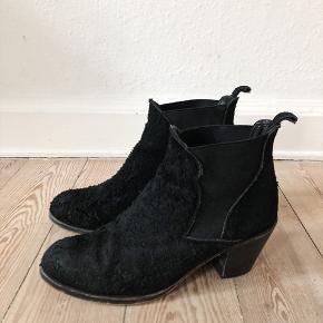 """92204a78c45 Chunky støvle med """"furry"""" overflade / tegn på brug slid på sålerne / skindet"""