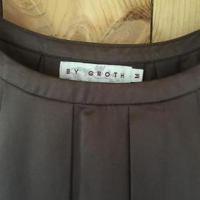 Varetype: - Bluse Fed Silketop Farve: Mørkebrun Prisen angivet er inklusiv forsendelse.