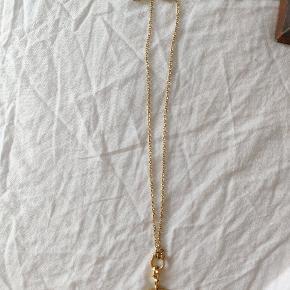 Kæden er 23,5 cm lang og med vedhæng 27 cm. Kæden er fra Pilgrim og er aldrig blevet brugt. Så er i rigtig fin stand, kæden kan ændres i længden.