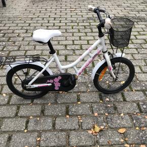 """Sælger en Winther 150 børnecykel 16"""" Cyklen er en rigtig fin begyndercykel, som passes af en 4- til 7-årig.   Nypris: 1900kr."""