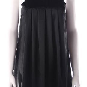 Super fin silke kjole fra S'nob med dybe læg foran, A-form. 100% silke, vask ved 30 grader. Oprindelig købspris: 900 kr.   Brystvidde på det faste bærestykke: 45 cm x 2 Længde: 94 cm  Ingen byt, og prisen er fast.