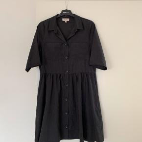 Sort velour lignende stof i kjole. Passes af en xs og en small.