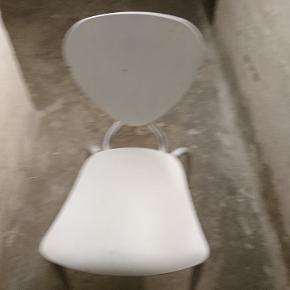 Hvidmalet stol med stål stel