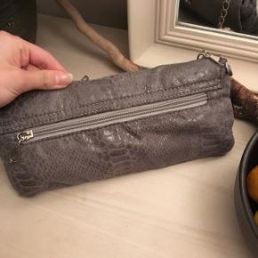 Helt ny taske, med en ekstra kæde som også ses på billedet.  Har den også i sort:) - skriv for flere billeder