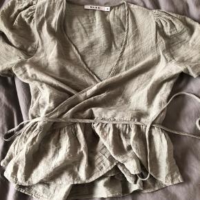 Denne fine trøje er brugt en enkelt gang, den er så super fin. Jeg sælger da jeg ikke kommer til at få den brugt. Det er en str 34 😁 Np: omkring 120kr Mp: 50kr
