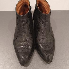 Rigtig lækre støvler fra Billi bi. Super lækre bløde støvler med masser af liv endnu.   Jeg kan desværre ikke passe dem længere efter to graviditeter vil mine fødder bare ikke ned i dem igen 😣🤭