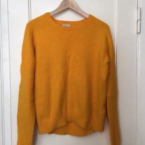 Angora blend sweater i solgul. Lidt fnuæret, men kan fikses.