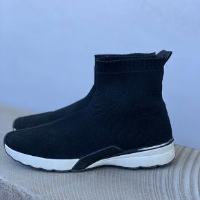 Super fede sneakers fra Zara. De er en størrelse 35, men passer en normal 36. Har været brugt, men fremstår stadig rigtig fine.   Nypris 499,-