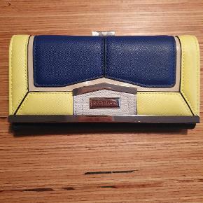 Sælger denne pung da det er et fejl køb. Aldrig brugt!