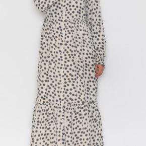 Gennemknappet maxikjole fra Prepair, modellen hedder Josefine. Aldrig brugt. Kan også bruges med jeans under, da den kan knappes op hele vejen ned eller blot lidt af vejen.  Er både smart med sneakers, støver eller sandaler. Der medfølger også en underkjole.  Kan afhentes i Århus C. eller sendes med Dao for 38 kr