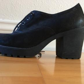 Støvler med god sål og en hæl på 6 cm.