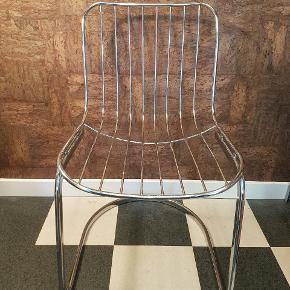 3 TILBAGE  Cantilever af arkitekten Gastone Rinaldi, produceret i 70erne.  Let patineret.   Pris pr stk 750  #vintage #retro #arkitekt #design #klassisk #moderne #stol #spisestol #spisebordsstol #lænestol #frisvinger