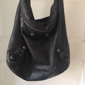Sælger min gode brugte taske ny pris 6000.-kr stadig med spejl der sidder fast. Slitage se billede 2