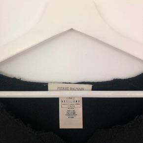 Sort Pierre Balmain trøje med mønster og skrift. Trøjen er vintage og derfor brugt en del, men stadig i meget fin stand. Sælges billigt !