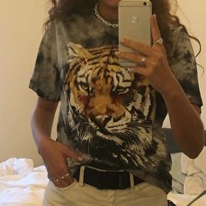 T-shirt med tiger.  Str. Xs  Aldrig brugt.