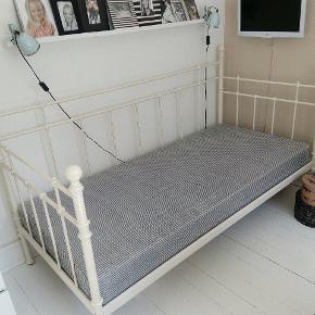 Sød romantisk seng inklusiv Madras Madras mål 88 x 200 cm Den er nem at skille ad og samle