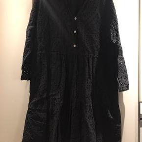 Copenhagen Luxe kjole str XL. Sort/ mat sort.  Blonde stof med underkjole, så den ikke er gennemsigtig.  Fed til strømpebukser eller over jeans eller leggings.  Længde:98 cm. Nypris kr 599,95. Ikke ryger hjem