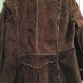 Brun ruskinds jakke, brugt men i rigtig god stand. Køber betaler porto.