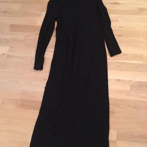 Sort tætsiddende lang kjole med lange ærmer. Brugt få gange.