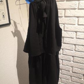 Sælger denne fine sorte buksedragt der bindes ved nakken fra Project Unknown i str. Medium. Den er brugt en smule og er gået en lille smule op ved detaljen med huller i ryggen bagpå og andre brugsspor kan forekomme.