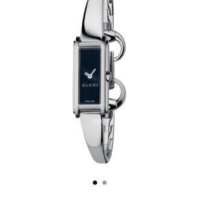 Super cool GUCCI ur!! Der er meget unikt/retro!  Kan spændes i 2 størrelser.  Har brugsspor, men ikke noget der fjerner fokus fra et mega lækkert ur!!  Byd gerne 😊