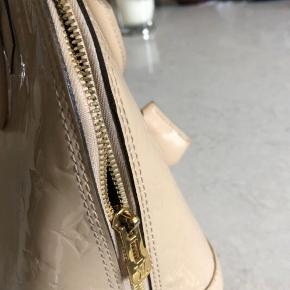 Louis Vuitton Alma pm i beige lak monogram Den er brugt men fin stadig  Brugerspor indvendigt  Ellers pæn udenpå  Billeder kan sendes  Kvittering haves   Farven er udgået derfor den kan være unik!   Måler 30x24 cm