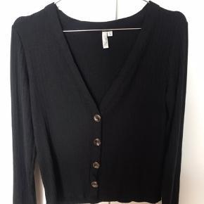 Sælger denne flotte bluse da jeg ikke selv får den brugt.  Vasket 1 gang