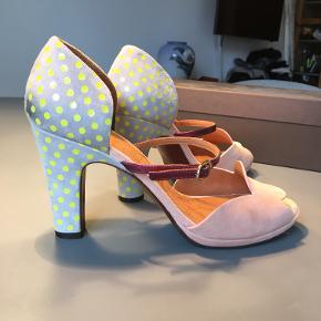 Super søde og elegante sandaler. Nemme hæle at gå i med plateau på 1 cm. Meget behagelige og smukke også med strømpe.