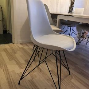 """6 stk. Spisebordsstole fra ILVA/Idémøbler Hvide med sorte metalben - nypris 699kr. Pr. Stk.  På 3 af stolene er der """"slitage"""" i form af misfarvning fra cowboybukser - men intet læderfedt ikke kan fjerne!   Stolene fejler intet yderligere - og sælges kun pga. Flytning.   Bud er velkomne! 🙂"""
