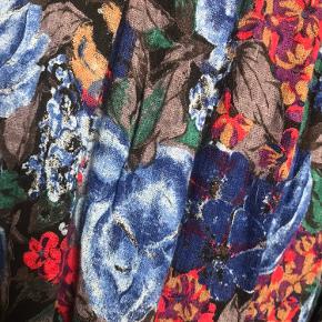 🌹💙🌹💙🌹💙🌹 Super smuk blomstret vintage maxi nederdel i den smukkeste blå farve. Virkelig behagelig og har et stretchy taljebånd. Kan derfor også passes af de fleste størrelser. 💙🌹💙🌹💙🌹💙🌹