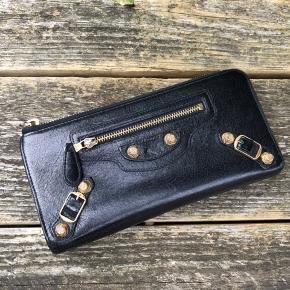 Smuk og klassisk pung fra  Balenciaga med smukke detaljer. Der er plads til kort.