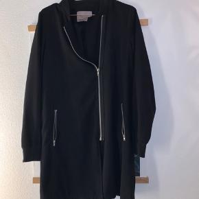 Fin jakke som er brugt men stadig fremstår i god stand🌸
