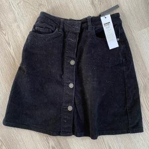 Nypris: 180 Nederdel i ruskind/fløjl materiale fra noisy may. Det hvide/prikkede på nederdelen på billedet er bare støv.