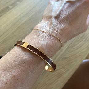 Sælger det smukkeste Hermes armbånd da jeg desværre ikke får det brugt.  Armbåndet er i perfekt stand Lavet i smukt rose gold og camel farvet læder med logo indgravering.   Kommer med box og pose. Findes ikke i butikkerne mere. Min pris 2800kr.