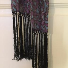 Yndlings tørklædet fra baum sælges - flotteste farve combo Lang og smalt m metal tråde i stoffet Dyreprints mønster  Bredde 15 Længde 122 + 20 cm frynser i hver ende