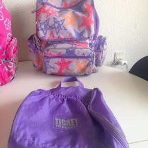 Trænger til rengøring. - begge tasker er de store så der er godt med plads og mange rum, lomme indeni til iPad, lomme til drikkedunk, lomme til madkasse med folie indeni til kølehjælp & gymnastik taske til begge. Kan bruges fra 0 klasse og op.  DEN LYSERØDE  ER SOLGT!  Prisen er pr stk. - kan hentes her eller sendes med DAO for 45 kr.