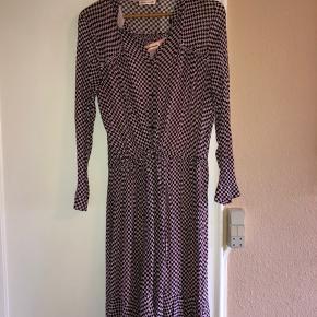 Flot maxikjole fra Custommade.  Med underkjole. Fint bånd til at snørre kjolen ind i taljen hvis man ønsker det.