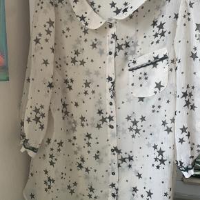 Transperant råhvid skjorte med sorte stjerner Lille sød blondekant nederst på 3/4 ærmerne  Det er en str 18- ca XXL   #30dayssellout