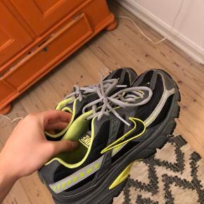 Sælger disse Nike initiator, da de er lidt for små. De passer nærmere en 38