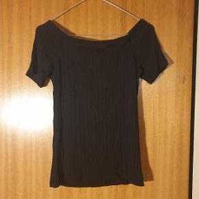 Fin over the shoulder T-shirt, fra ukendt mærke. Passer en str. S
