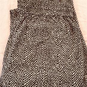 Varetype: Bukser Farve: Sort Hvid Oprindelig købspris: 899 kr.  Dejlige bukser fra maison scotch i str 2 (38/40).  100% polyester - falder så flot!    Lige op og ned med lille lomme.   Np 899,- Mp 350,-  pp