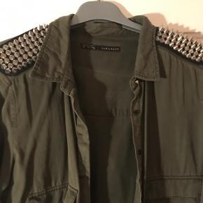 Brugt meget få gange, brug den som skjorte eller sommer jakke   Køber betaler fragt hvis man ikke selv henter