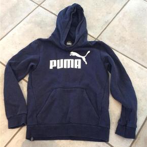 Varetype: Hoodie Størrelse: 11-12 Farve: Mørkeblå  Hættetrøje/hoodie fra Puma Ikke ryger Sender gerne flere billeder  BYD
