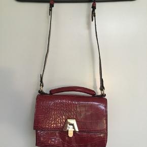 Flot lille bordeaux taske skuldertaske fra Zara sælges.  Bredde 19 cm Højde 13 cm Dybde 9 cm Den er kun er par gange, og så flot ny ☀️🌸☀️ Sender gerne ved betaling med MobilePay - Porto GLS 35 kr☀️ Se også mine andre annoncer, da jeg sælger ud af familiens klædeskab🤗