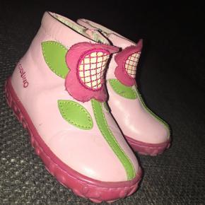 Crocodilino sko lyserøde m blomst grønne  blade  Brugt to gange